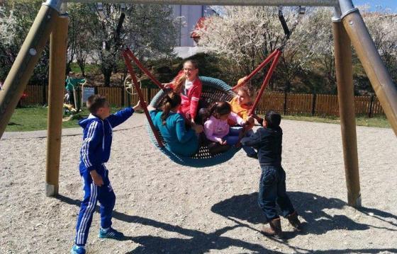 """Școlari fericiți în Zlagna, un loc de joacă în curtea școlii"""""""