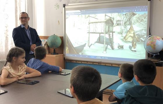 Oferă un curs de formare unui profesor din zona rurală
