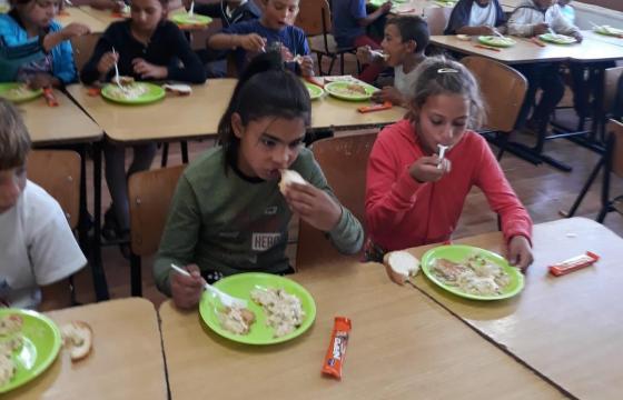 Masă caldă pentru cei peste 220 de copii de grădiniță și școală primară din Ponorâta